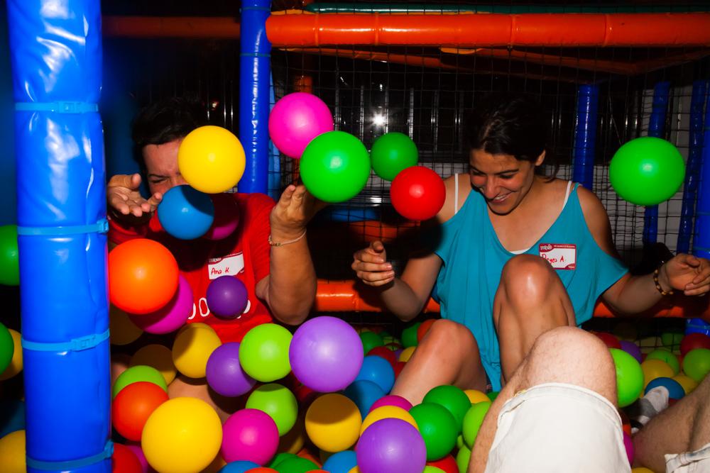 Fiestas de adultos en parque de bolas parque infantil for Bolas piscinas infantiles